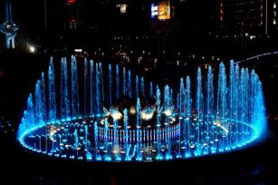 Sichuan music fountain is a bright color in the social environment